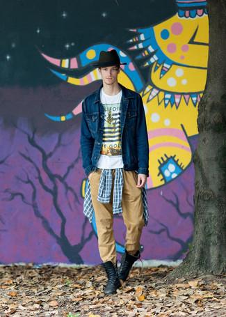 Cómo combinar: chaqueta vaquera azul marino, camisa de manga larga de tartán azul, camiseta con cuello circular estampada blanca, pantalón chino marrón claro