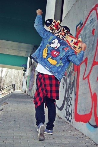 Cómo combinar: chaqueta vaquera bordada azul, camisa de manga larga de franela a cuadros en rojo y negro, camiseta con cuello circular blanca, pantalón de chándal negro