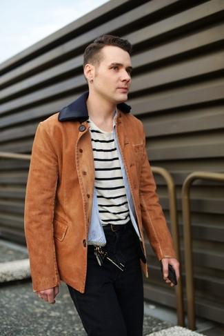 Cómo combinar: chaqueta vaquera en tabaco, camisa de manga larga de rayas verticales celeste, camiseta con cuello circular de rayas horizontales en beige, vaqueros negros