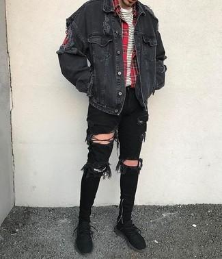 Cómo combinar: chaqueta vaquera negra, camisa de manga larga de tartán roja, camiseta con cuello circular de rayas horizontales en blanco y negro, vaqueros pitillo desgastados negros