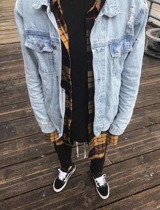 Cómo combinar: chaqueta vaquera celeste, camisa de manga larga de franela a cuadros marrón claro, camiseta con cuello circular negra, pantalón de chándal negro