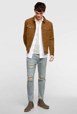 Cómo combinar: chaqueta vaquera marrón, camisa de manga larga blanca, camiseta con cuello circular en beige, vaqueros pitillo desgastados celestes
