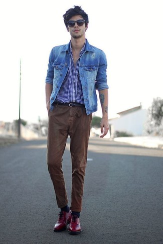 Cómo combinar: chaqueta vaquera azul, camisa de manga larga de cuadro vichy en violeta, pantalón chino marrón, zapatos brogue de cuero rojos