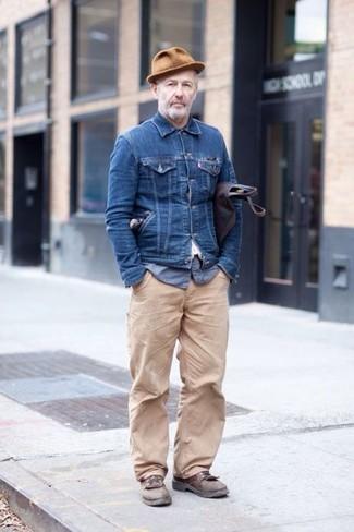 Cómo combinar: chaqueta vaquera azul marino, camisa de manga larga de seersucker azul, pantalón chino en beige, zapatos derby de cuero marrónes