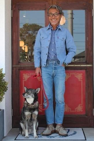 Cómo combinar: chaqueta vaquera celeste, camisa de manga larga a cuadros azul, vaqueros azules, botas safari de ante grises