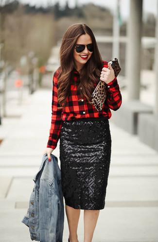 Cómo combinar: chaqueta vaquera celeste, camisa de vestir a cuadros en rojo y negro, falda lápiz de lentejuelas negra, zapatos de tacón de cuero negros
