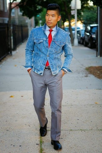 Cómo combinar: chaqueta vaquera azul, camisa de vestir a cuadros blanca, pantalón chino gris, zapatos derby de cuero negros