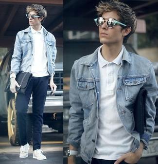 Cómo combinar: chaqueta vaquera gris, camisa polo blanca, pantalón chino azul marino, tenis blancos