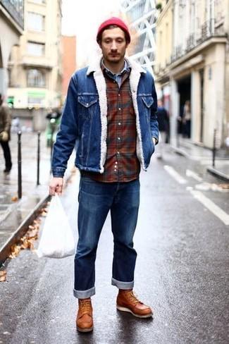 Cómo combinar: chaqueta vaquera azul, camisa vaquera celeste, camisa de manga larga de franela de tartán burdeos, vaqueros azules