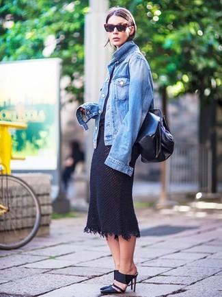 Cómo combinar: chaqueta vaquera azul, camiseta con cuello circular negra, falda midi de punto negra, chinelas de cuero negras