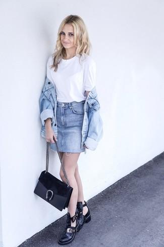Cómo combinar: chaqueta vaquera celeste, camiseta con cuello circular blanca, minifalda vaquera celeste, botines de cuero con recorte negros