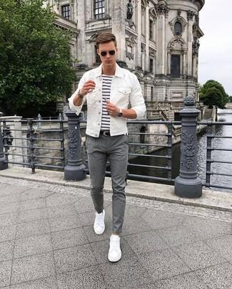 Cómo combinar: chaqueta vaquera blanca, camiseta con cuello circular de rayas horizontales en blanco y azul marino, pantalón chino gris, tenis blancos