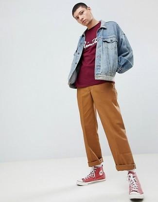 Cómo combinar: chaqueta vaquera celeste, camiseta con cuello circular estampada burdeos, pantalón chino en tabaco, zapatillas altas de lona rojas