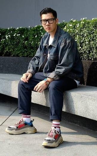 Cómo combinar: chaqueta vaquera azul marino, camiseta con cuello circular blanca, pantalón chino azul marino, deportivas en multicolor
