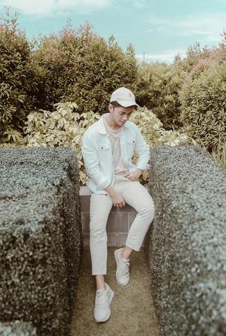 Cómo combinar: chaqueta vaquera blanca, camiseta con cuello circular en beige, pantalón chino en beige, deportivas en beige
