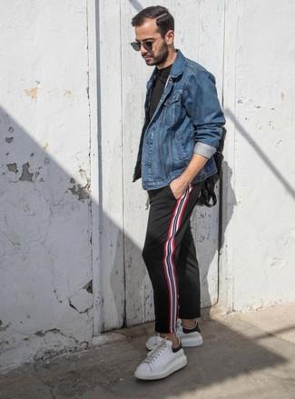 Cómo combinar: chaqueta vaquera azul, camiseta con cuello circular negra, pantalón chino de rayas verticales negro, tenis de cuero blancos