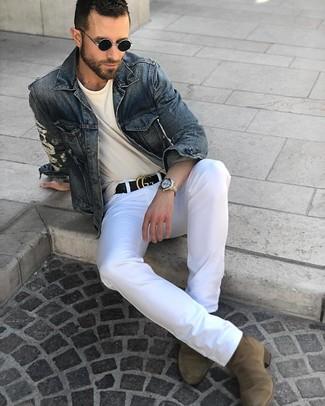 Cómo combinar: chaqueta vaquera azul marino, camiseta con cuello circular en beige, pantalón chino blanco, botines chelsea de ante verde oliva