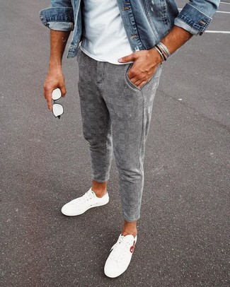 Cómo combinar: chaqueta vaquera azul, camiseta con cuello circular blanca, pantalón chino de tartán gris, tenis blancos