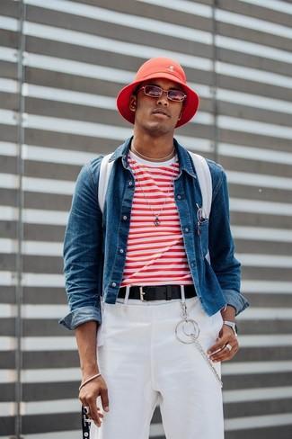 Cómo combinar: chaqueta vaquera azul, camiseta con cuello circular de rayas horizontales en blanco y rojo, pantalón chino blanco, mochila de lona blanca