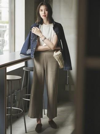 Cómo combinar: chaqueta vaquera azul marino, camiseta con cuello circular blanca, pantalones anchos de punto en beige, chinelas de ante en marrón oscuro