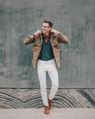 Cómo combinar: chaqueta vaquera marrón, camiseta con cuello circular en verde azulado, vaqueros blancos, botas safari de ante marrónes