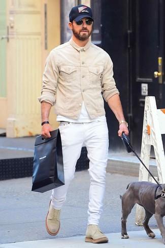 Cómo combinar: chaqueta vaquera en beige, camiseta con cuello circular blanca, vaqueros blancos, botas casual de ante en beige