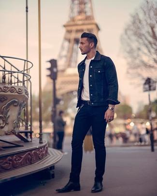 Cómo combinar: chaqueta vaquera negra, camiseta con cuello circular blanca, vaqueros negros, botines chelsea de cuero negros