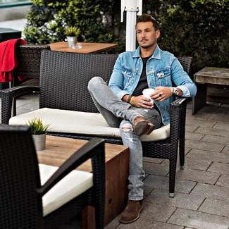 Cómo combinar: chaqueta vaquera azul, camiseta con cuello circular negra, vaqueros desgastados grises, botines chelsea de ante marrónes