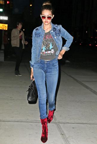 Cómo combinar: chaqueta vaquera azul, camiseta con cuello circular estampada en gris oscuro, vaqueros pitillo azules, botines de terciopelo rojos