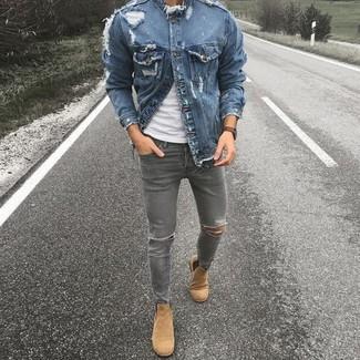 Cómo combinar: chaqueta vaquera azul, camiseta con cuello circular blanca, vaqueros pitillo desgastados grises, botines chelsea de ante marrón claro