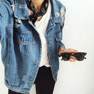 Cómo combinar: chaqueta vaquera azul, camiseta con cuello circular blanca, vaqueros pitillo negros, bandana estampada en negro y blanco
