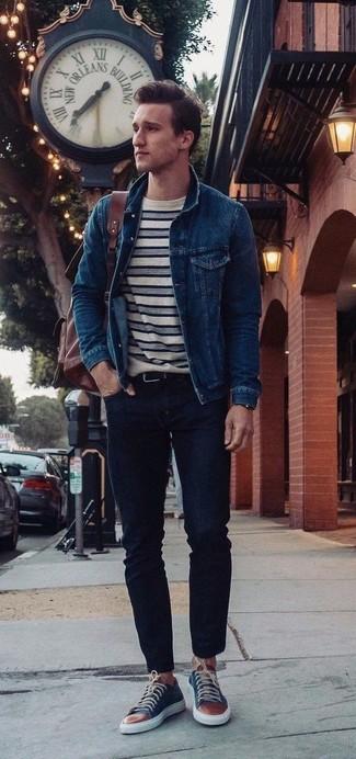 Cómo combinar: chaqueta vaquera azul marino, camiseta con cuello circular de rayas horizontales en blanco y azul marino, vaqueros pitillo negros, tenis de cuero azul marino