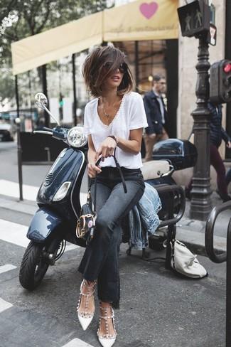 Considera ponerse una camiseta con cuello en v y unos vaqueros de campana negros para una vestimenta cómoda que queda muy bien junta. ¿Te sientes valiente? Elige un par de zapatos de tacón de cuero con tachuelas blancos.