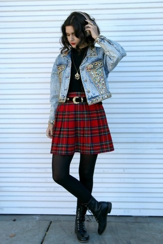 Cómo combinar: chaqueta vaquera con adornos celeste, camiseta de manga larga negra, falda skater de tartán roja, botas planas con cordones de cuero negras