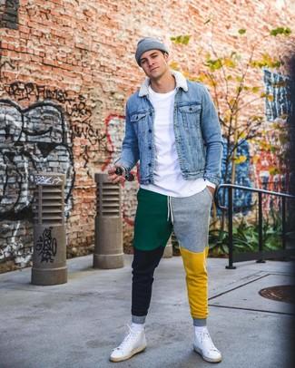 Cómo combinar: chaqueta vaquera azul, camiseta de manga larga blanca, pantalón de chándal en multicolor, zapatillas altas de cuero blancas