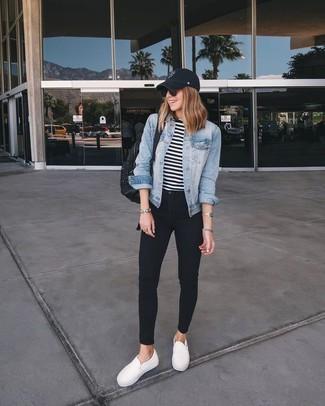 Cómo combinar: chaqueta vaquera celeste, camiseta de manga larga de rayas horizontales en blanco y negro, vaqueros pitillo negros, zapatillas slip-on blancas