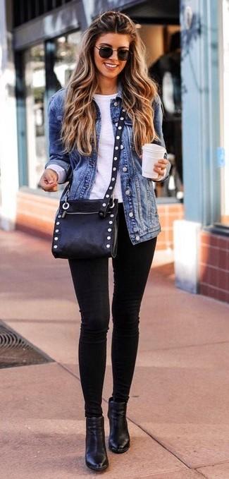 Cómo combinar: chaqueta vaquera azul, camiseta de manga larga blanca, vaqueros pitillo negros, botines de cuero negros