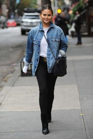 Cómo combinar: chaqueta vaquera azul, camiseta de manga larga gris, vaqueros pitillo negros, botines de cuero negros