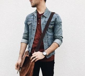 Cómo combinar: chaqueta vaquera azul, camiseta henley burdeos, pantalón chino negro, bolso mensajero de cuero marrón