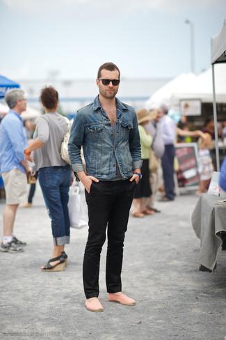 Look de moda Chaqueta Vaquera Azul, Camiseta sin Mangas Gris, Pantalón Chino Negro