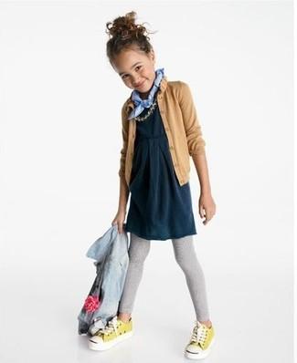Cómo combinar: chaqueta vaquera celeste, cárdigan marrón claro, vestido azul marino, leggings grises