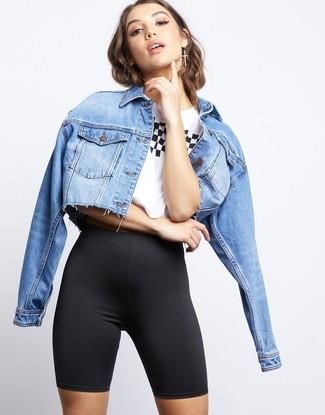 Cómo combinar: chaqueta vaquera celeste, camiseta con cuello circular estampada en blanco y negro, mallas ciclistas negras