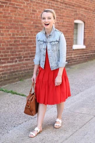 Cómo combinar: chaqueta vaquera celeste, vestido midi plisado rojo, sandalias planas de cuero blancas, bolsa tote de cuero marrón