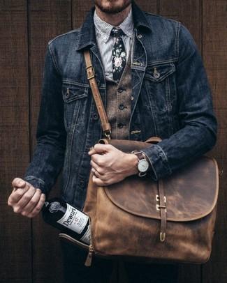 Cómo combinar: chaqueta vaquera negra, chaleco de vestir de lana marrón, camisa de vestir de rayas verticales gris, pantalón chino negro
