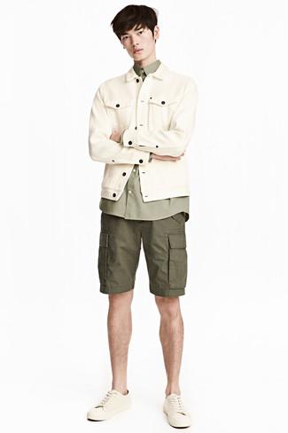 Cómo combinar: chaqueta vaquera en beige, camisa de manga larga verde oliva, pantalones cortos verde oliva, tenis de cuero en beige