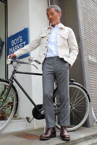 Cómo combinar: chaqueta vaquera en beige, camisa de vestir blanca, pantalón de vestir gris, botas casual de cuero en marrón oscuro