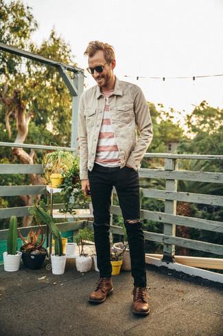 Cómo combinar: chaqueta vaquera en beige, camiseta con cuello circular de rayas horizontales en blanco y rojo, vaqueros desgastados negros, botas casual de cuero marrónes