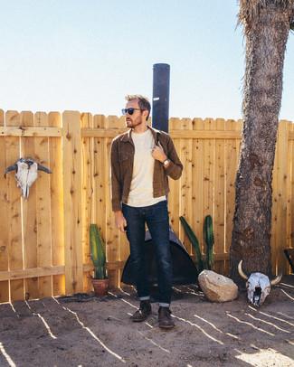 Cómo combinar: chaqueta vaquera en marrón oscuro, jersey con cuello circular en beige, vaqueros azul marino, botas casual de cuero en marrón oscuro