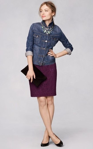 Cómo combinar: chaqueta vaquera azul marino, falda lápiz de encaje morado oscuro, zapatos de tacón de cuero negros, cartera sobre de ante negra