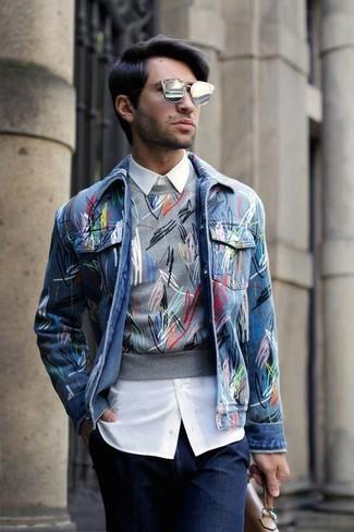 Cómo combinar: chaqueta vaquera azul, jersey con cuello circular estampado gris, camisa de vestir blanca, vaqueros azul marino